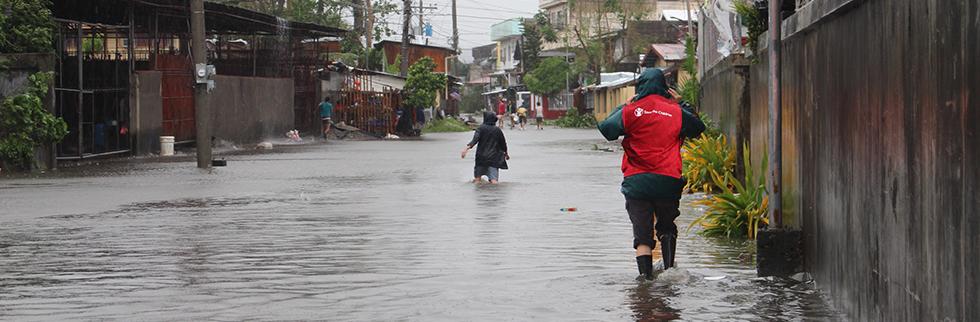 Philippines aid effort intensifies as Typhoon Hagupit makes landfall